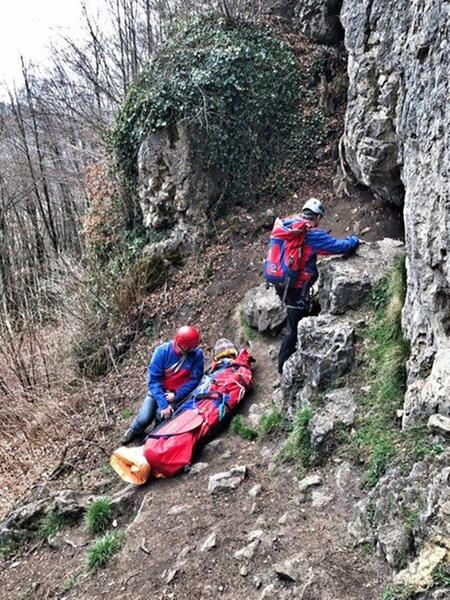 Die Bergwacht konnte den verunfallten Kletterer in einem Bergesack vom Unfallort abtransportieren.