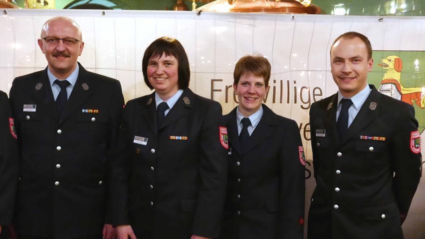 Stefan Hügelschäfer übernahm den Vorsitz im Feuerwehrverein Neustadt, in dem zweite Vorsitzende Andrea Tilz und Schriftführerin Elke Löblein als Schriftführerin bestätigt wurden, Günther Wehr (v. r.) neu die Kasse übernimmt.
