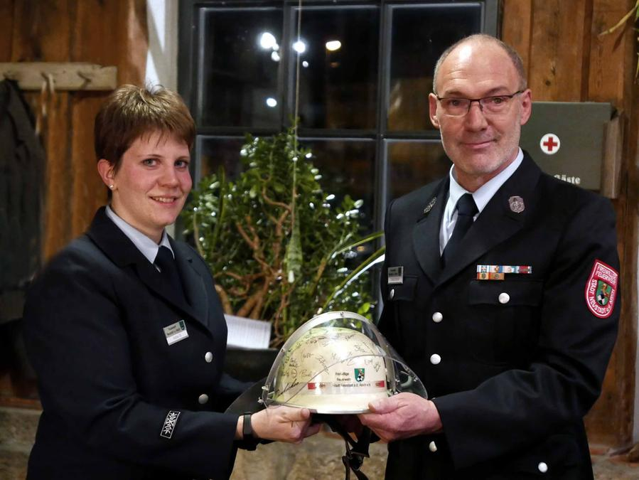 Ein Helm mit den Unterschriften aller Aktiven übergab Andrea Tilz zum Abschied Vorsitzendem Johann Schmidt als Ausdruck des Dankes für sein außergewöhnliches Engagement.