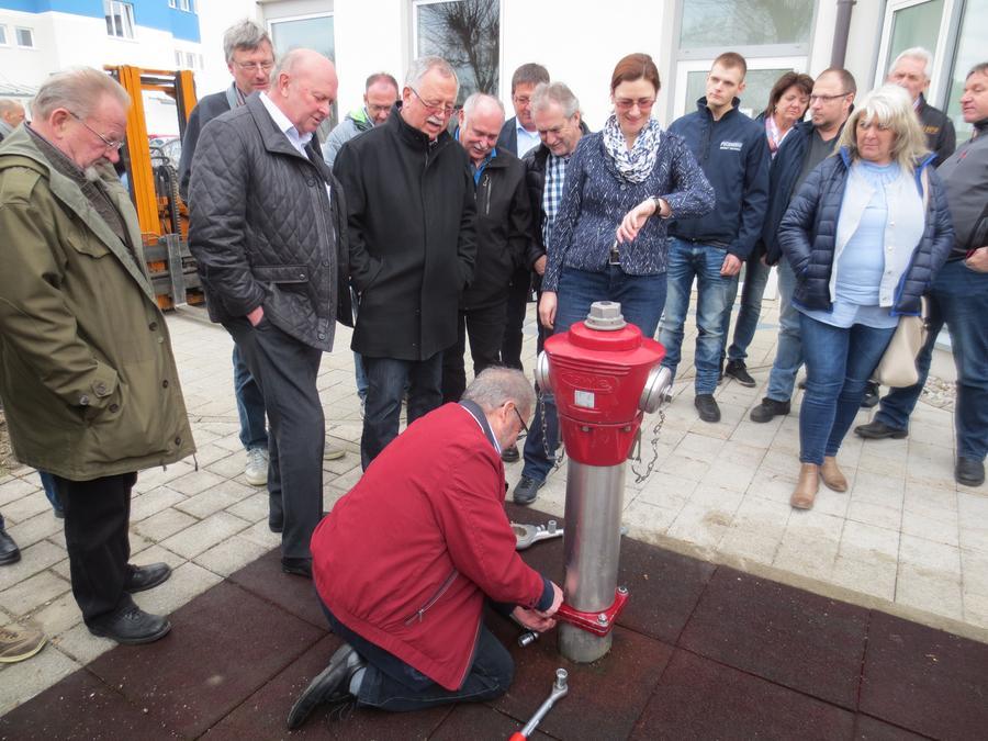 """Der gelernte """"Stromer"""" Hans Lechner reparierte den Hydranten in weniger als fünf Minuten."""