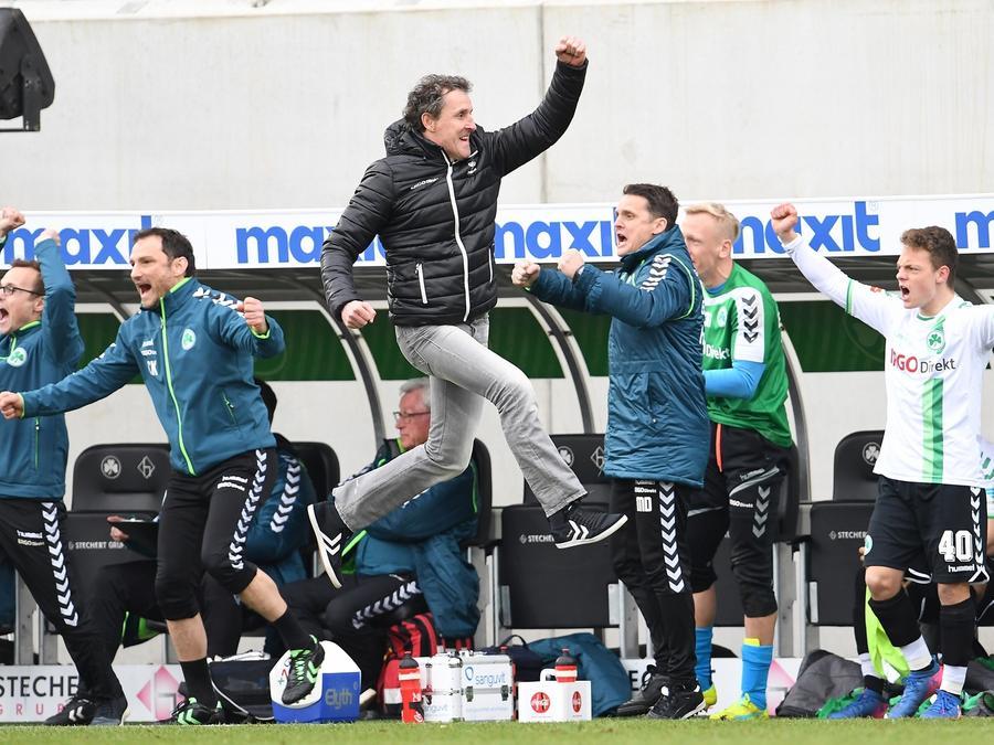 """""""Wir sind nicht so gut ins Spiel gekommen"""", sagt Kleeblatt-Coach Janos Radoki. Beim Abpfiff kam Fürths Trainer dafür dann richtig hoch in die Luft."""