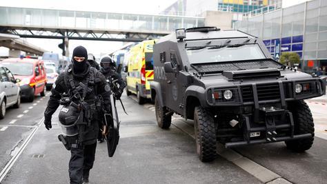 Einstzkräfte am Airport Orly, der nach dem Angriff eines 39-Jährigen auf eine Soldatin einem Hochsicherheitstrakt glich.
