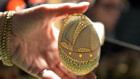 Auf der Suche nach Ideen für österliche Dekorationen und Verzierungstechniken für Ostereier wurden die Besucher — wie unser Bild zeigt — am Wochenende im Redoutensaal schnell fündig.