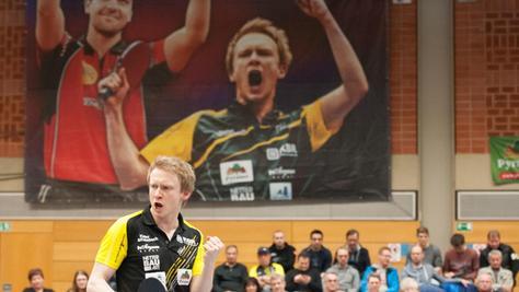 Alexander Flemming vor seinem Konterfei: Der TV-Kapitän holte in den Einzel-Duellen mit sehr gutem Tischtennis und viel Siegeswillen beide Punkte für seine Mannschaft.