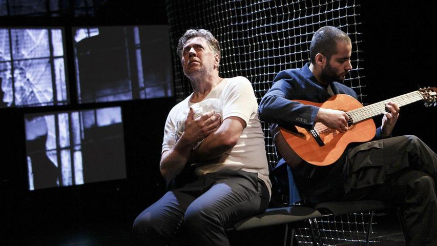 """Heimo Essl als traumatisierter Pilot (links) mit Gastschauspieler Sohel Altan Gol in einer Szene aus """"Black Box 149""""."""