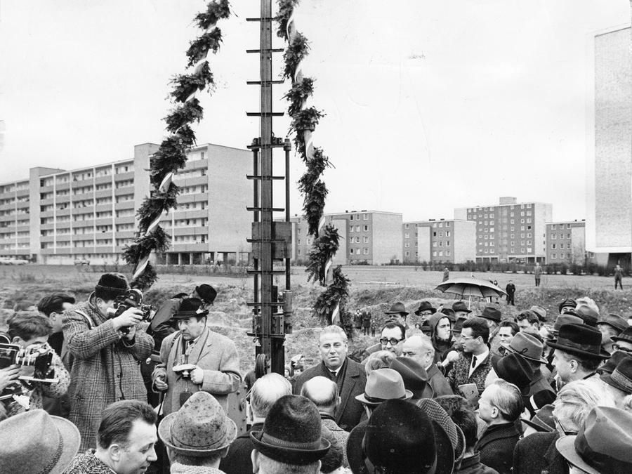 Ein denkwürdiger Augenblick für Nürnberg: Der erste Rammstoß für den Bau der U-Bahn wird vor den Augen der Polit-Prominenz getan. In der Mitte ist der damalige Nürnberger Oberbürgermeister Andreas Urschlechter zu sehen.