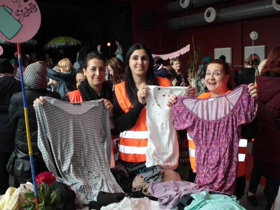 Spannend, nachhaltig und gratis: Nicht nur die Helferinnen Georgia Papatheodosiou, Afrah Hade Jwad und Ina Aleksandrova (v. li.) waren begeistert von der Möglichkeit, neue Lieblingsstücke entdecken zu können.