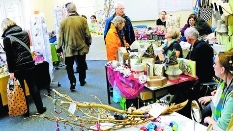 Eine breite Palette kunsthandwerklicher Eigenproduktionen lockte das Publikum am Samstag ins Haus der Volkshochschule.