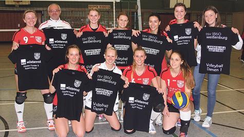 Strahlten mit ihrem Trainer um die Wette: Die erfolgreichen Weißenburger Volleyball-Damen mit Michael Marik und ihren Aufsteiger-T-Shirts.