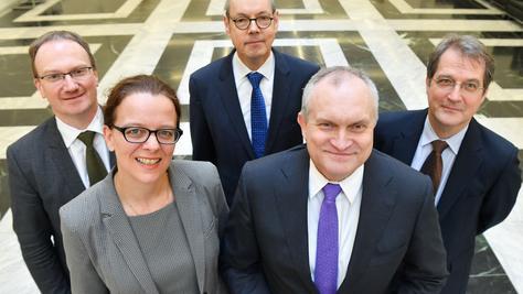 """Die so genannten """"Fünf Wirtschaftsweisen"""" - Lars Feld (von links), Isabel Schnabel, Peter Bofinger, Christoph Schmidt und Volker Wieland - schauen optimistisch in die Zukunft."""