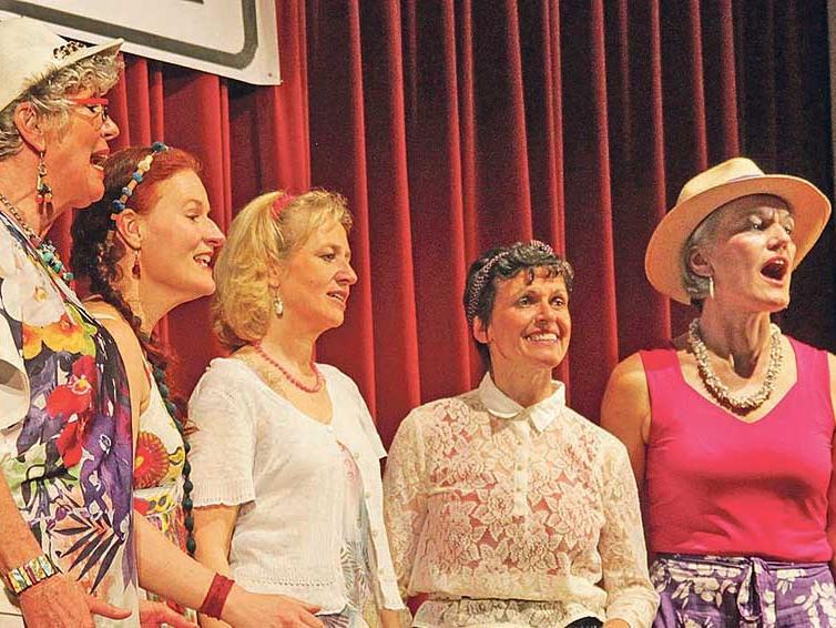 """Singendes Strandgut: In den unterschiedlichsten Urlaubsklamotten präsentierten sich die Akteure von """"Ei-Vox""""."""
