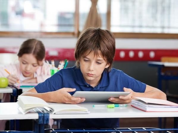 Das Tablet im Klassenzimmer ist nicht unumstritten. Ist es eine wichtige Lernhilfe, oder lenkt es Kinder gar vom Unterricht ab?