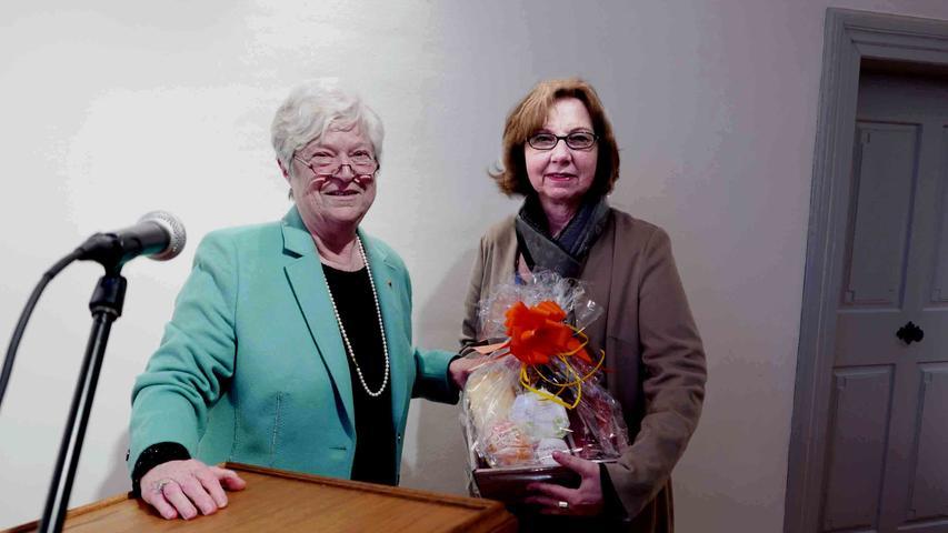 Die Vorsitzende des Geschichts- und Heimatvereins, Carola Kabelitz, würdigte den exzellenten Festvortrag von Bezirksheimatpflegerin Dr. Andrea Kluxen (r.).