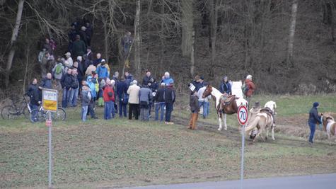 Vom Litzelbach geht es in den Hangwald: Unweit davon wird die Südumgehung durch den Forst führen. Viele interessierte Bürger waren am Sonntag gekommen, um sich den Trassenverlauf westlich von Hauptendorf besser vorstellen zu können.