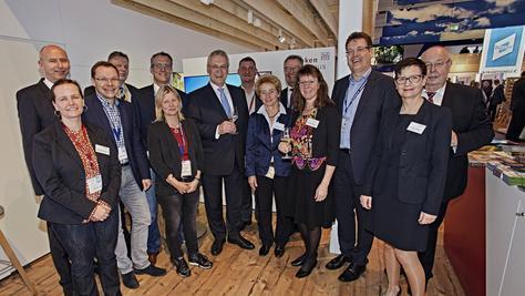 Auf der Internationalen Tourismusbörse (ITB) in Berlin traf Staatsminister Joachim Herrmann (7.v.l.) mit nahezu allen Geschäftsführerinnen und Geschäftsführern der fränkischen Tourismusgebiete zusammen.