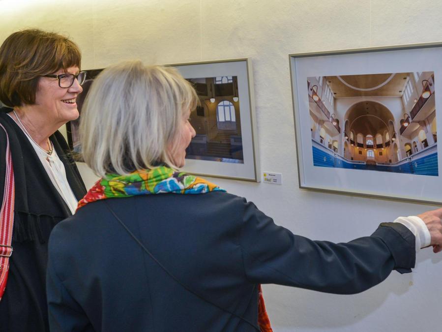 """Die Besucher der Vernissage mit dem Titel """"LichtWerke"""" erfreuten sich sichtlich an den Fotografien, die die Hilpoltsteiner Fotofreunde noch bis Ostern in der Residenz präsentieren."""