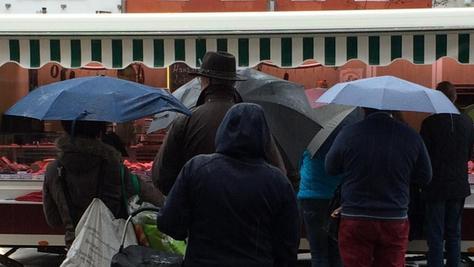 Plitschplatsch ohne Unterlass: Am Neumarkter Bauernmarkt standen die Kunden mit ausladenden Regenschirmen, praktischen Outdoor-Jacken und wetterfester Kopfebdeckung an den Ständen.