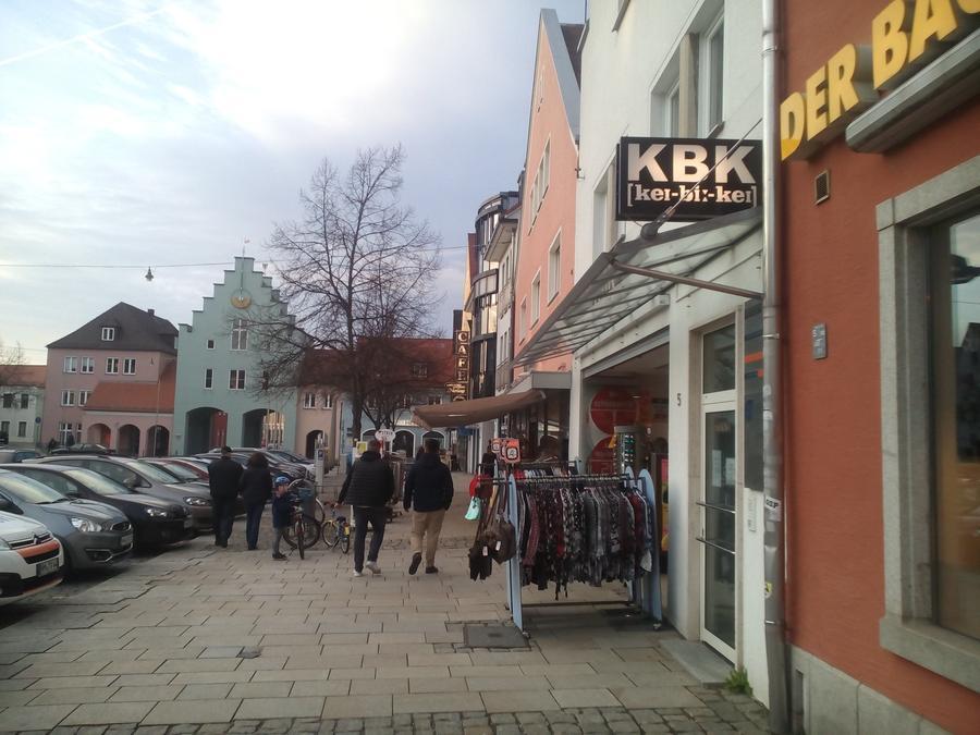 """""""Wir schließen"""": Im Modeladen KBK am Unteren Markt hat der Räumungsverkauf begonnen."""