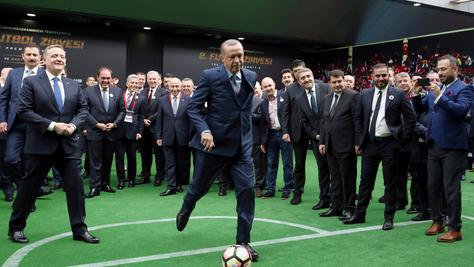 Der türkische Präsident Recep Tayyip Erdogan kann auch sportlich. Und ist sich dieser Tage für keinen Rüpel zu schade.