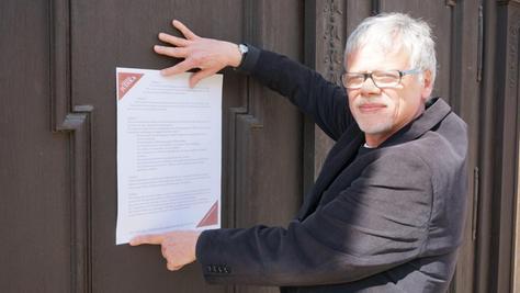 """Dekan Schoenauer schlägt am Sonntag die Thesen an der Tür der Pegnitzer Bartholomäuskirche an. """"Die zur Kirche sehr loyal sind, sind auch sehr kritisch"""", beschreibt er die Haltung vieler Pfarrer und Mitstreiter."""