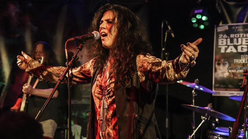 Sari Schorr hat einfach eine schier überbordende Präsenz. Die Sängerin der Sonderklasse ist aber dennoch authentisch und bodenständig geblieben.