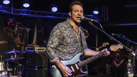 """Ben Granfelt hat in Finnland schon 13 Alben heraus gebracht und rockte zu den Bluestagen die """"Galaxy Bar Lounge"""". Die erste Reihe hatte dennoch nur Augen für """"Sunrise Avenue""""-Drummer Sami Osala."""