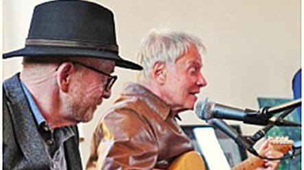 Der Entertainer mit seiner wandlungsfähigen Stimme führt launig durch den Abend und wird instrumental ergänzt von seinem langjährigen musikalischen Weggefährten Dr. Herwig Högner.