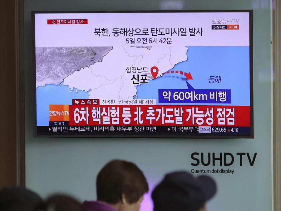 TV-Nachrichten über den nordkoreanischen Raketentest. Entgegen mehrerer UN-Resolutionen treibt die kommunistische Führung in Pjöngjang das Atomprogramm des Landes voran und entwickelt Raketen, die nicht nur Südkorea und Japan, sondern auch die US-Küste erreichen sollen.