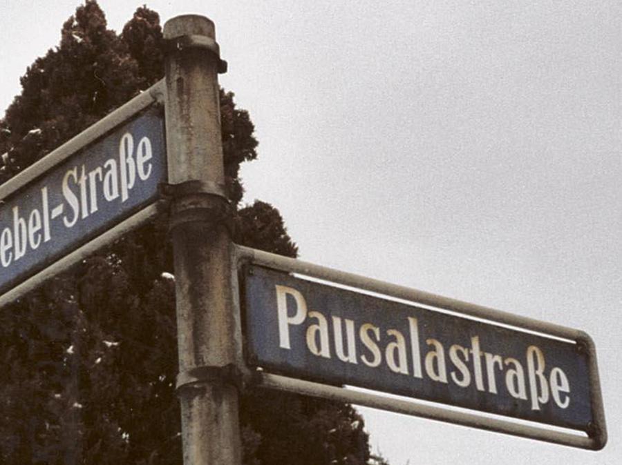 Die Pausalastraße erinnert an den Nürnberger Paul Rieß, der Couplets und Mundartgedichte schrieb, sich aber schon früh dem Nationalsozialismus andiente.