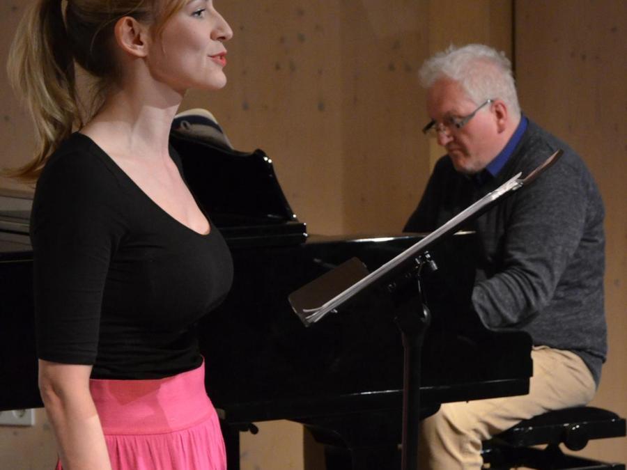 Starke Stimme: Olivia Patrizia Kunze, begleitet von Stefan Hofmann.