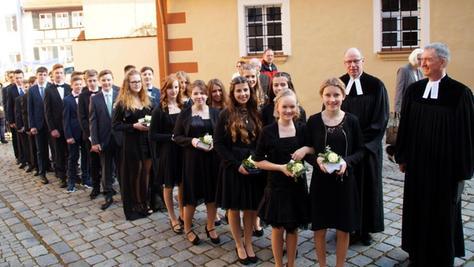 Vom Lutherhaus aus zogen die Konfirmanden und ihre Familien durch Gunzenhausen bis zur evangelischen Stadtkirche.