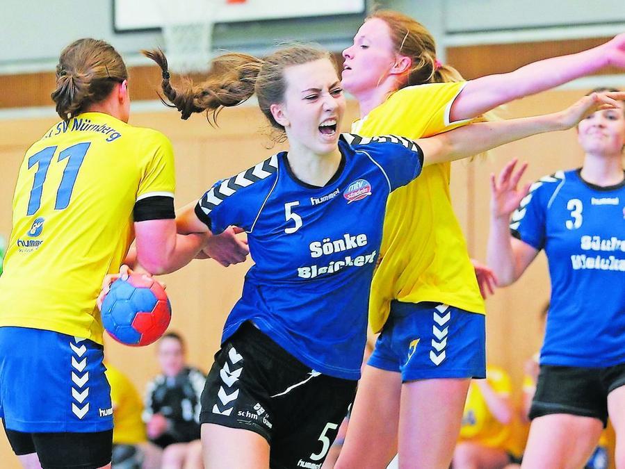 Die Schmerzen haben sich für Julia Drachsler (blau, MTV Stadeln), die sich gegen Melina Schwab (links) und Anna-Lena Schömig vom Post SV Nürnberg durchzusetzen versucht, gelohnt.