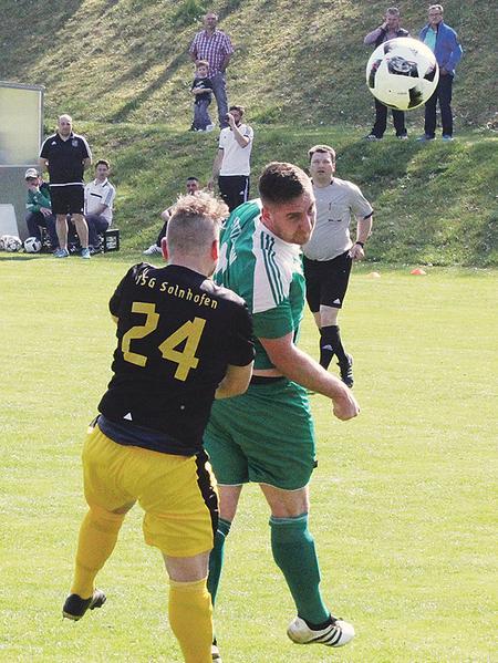 Das Tor des Tages in Wettelsheim: Danny Schupp (rechts) kam vor Solnhofens Konstantin Bilinski an den Ball und köpfte zum 1:0 ein.