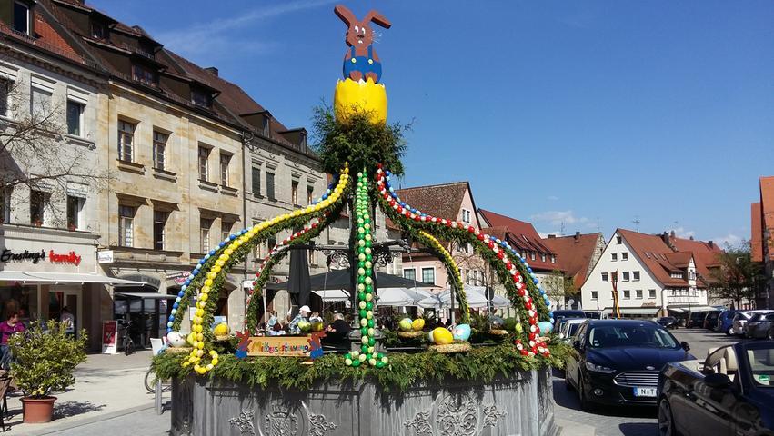 Nicht nur in Altdorf zieren Hunderte Eier derzeit den Brunnen auf dem Marktplatz. Schicken auch Sie uns ein Bild des Osterbrunnens in Ihrem Ort!