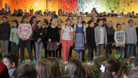 Zum Auftakt des Fastenbasars an der Veitsbronner Grundschule unterhielten die Kinder die Besucher mit Liedern. Der Verkauf für den guten Zweck erwies sich einmal mehr als großer Erfolg.