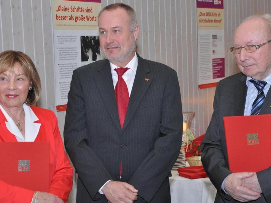 Johann Sämann (rechts) gründete 1967 den Puschendorfer SPD-Ortsverein, er wurde gemeinsam mit Marlis Möller und Bertram Schacher geehrt.