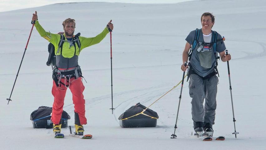 Florian Gruber (links) und Jonas Lengwiler gutgelaunt bei einem der Fußmärsche, bei denen sie ihre 38 Kilo schwere Ausrüstung auf Schlitten hinter sich her zogen.