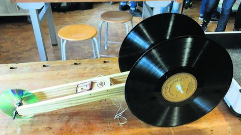 Das ist eines der aufwändigeren Mausefallen-Autos, die die Schüler gebaut haben - sehr originell mit Schallplatten und CD als Räder.