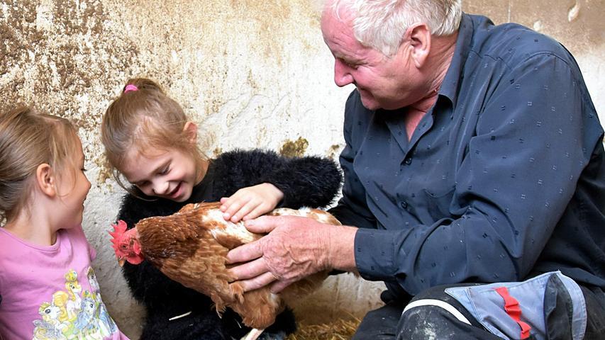Bei Georg Ziegler (rechts) in Schmalenbach kommen Kinder mit besonderem Förderbedarf hautnah mit Tieren in Berührung - und lernen so den pfleglichen Umgang mit anderen Geschöpfen.