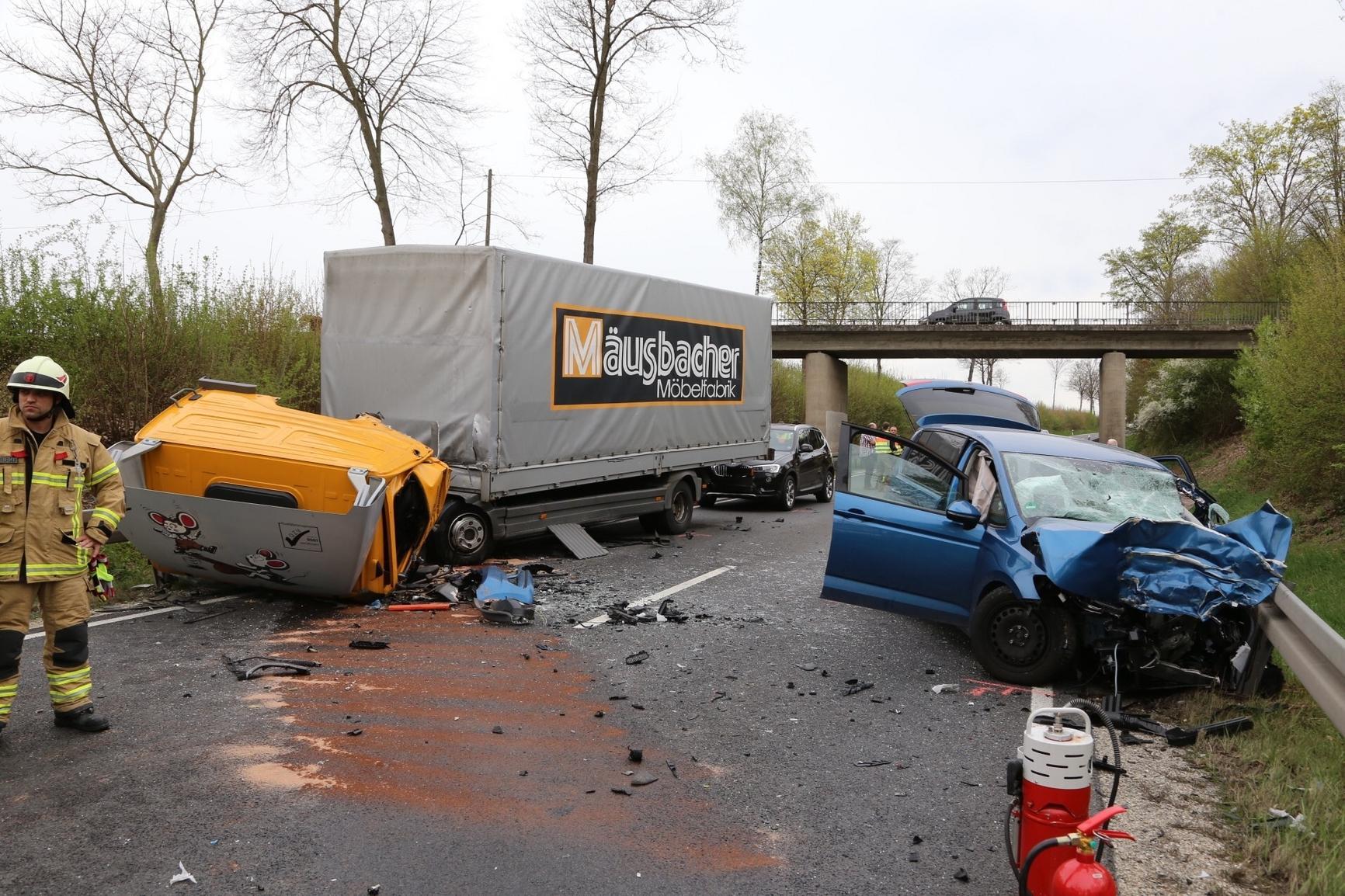 Frau stirbt bei Zusammenstoß mit Lastwagen