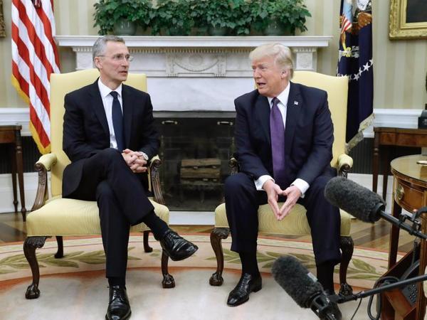 US-Präsident Donald Trump (r.) und Nato-Generalsekretär Jens Stoltenberg überraschend gelöst in Washington.