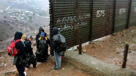 Illegale Einwanderer aus Mexiko warten auf einen geeigneten Zeitpunkt, um über die Grenze in die USA zu gelangen.