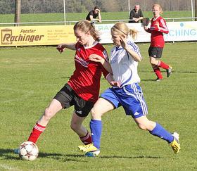 Schneller am Ball: Der DSC Weißenburg (dunkle Trikots) gewann das Landkreisderby bei der SG SF Bieswang mit 2:0.