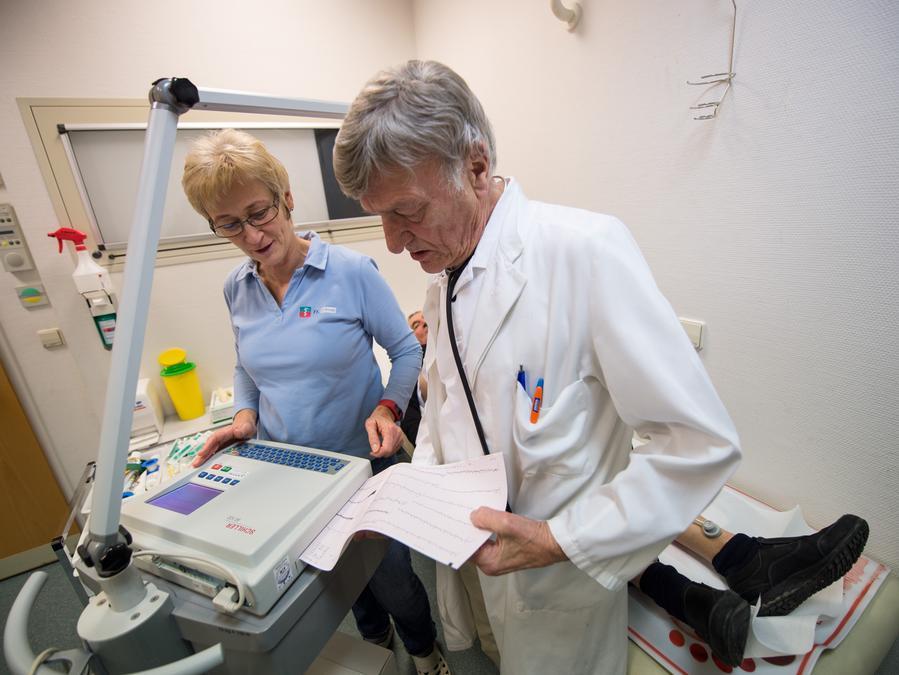 Die Mediziner verfügen jetzt in der Zentralen Erstaufnahmeinrichtung in Zirndorf über ein EKG-Gerät. Unser Bild zeigt eine Notfallpraxis in Baden-Württenberg.