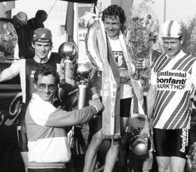 """Mehrfach war Fritz Neuser in den 1980er Jahren Sponsor des """"Auto-Neuser-Preises"""", der am Röthensteig rund um sein Autohaus stattfand. 1983 gratulierte der dem Sieger Rolf Gölz, der wenige Jahre später einer der erfolgreichsten deutschen Profis war.Archiv: Manfred Marr"""