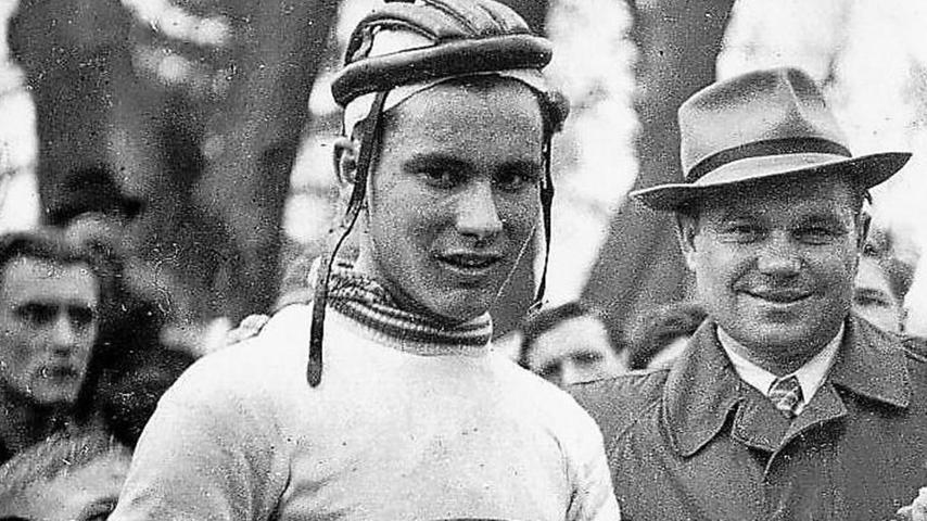 """Das Foto ist eine echte Rarität! Es zeigt den 19-jährigen Fritz Neuser, nachdem er 1951 das Schwabacher Stadtparkrennen gewonnen hatte, das damals als """"Fahrrad-Kessler-Preis"""" ausgetragen wurde. Neben Neuser steht als erster Gratulant Konrad Kessler, Mäzen und Sponsor des Rennens. Archiv: Marr"""