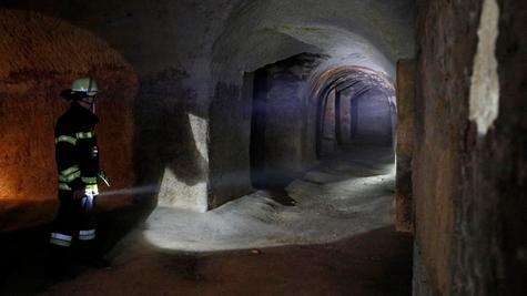 Wer die Katakomben des Fürther Felsenkellers sehen will, der braucht Licht - jede Menge Licht.