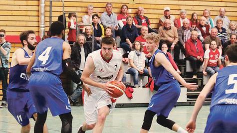 Mittendrin statt nur dabei: Tim Eisenberger (am Ball) hat am vergangenen Wochenende in rund 24 Stunden drei Basketballspiele (hier in der Regionalliga gegen Jena) sowie ein Fußball-Bezirksliga-Match bestritten und immer gewonnen.