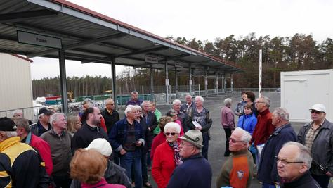 Betriebsleiter Jochen Zellner zeigte den zahlreichen Teilnehmern bei der Führung durch das neue Wertstoffzentrum die übersichtlich ausgeschilderten Stationen für die diversen Fraktionen.