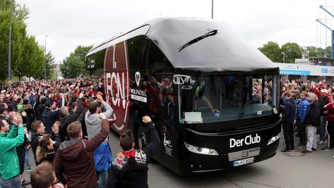 Vor dem Relegationsrückspiel 2016 wurde der Mannschaftsbus des 1. FC Nürnberg frenetisch von Fans empfangen. Am kommenden Samstag bekommt er Polizeischutz.